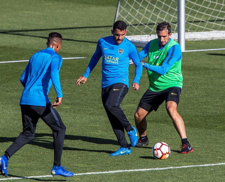 Carlos Tevez (midden) op training met Boca Juniors in Madrid.
