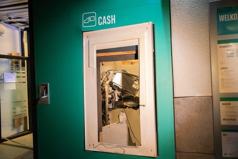 De schade na de plofkraak in het bankkantoor van BNP Paribas Fortis in Stabroek.