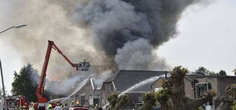 Zeer grote, uitslaande brand bij slagerij Diepeveen in Herveld: 'We gaan donderdag weer open'