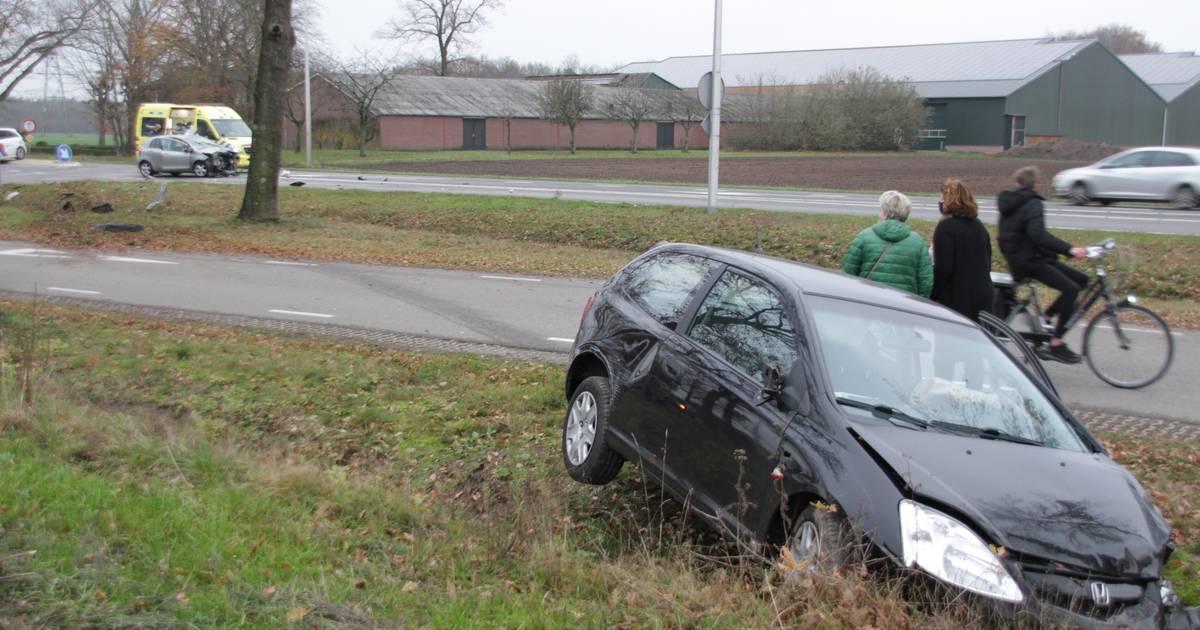 Gewonden bij botsing in Markelo, auto belandt in sloot.