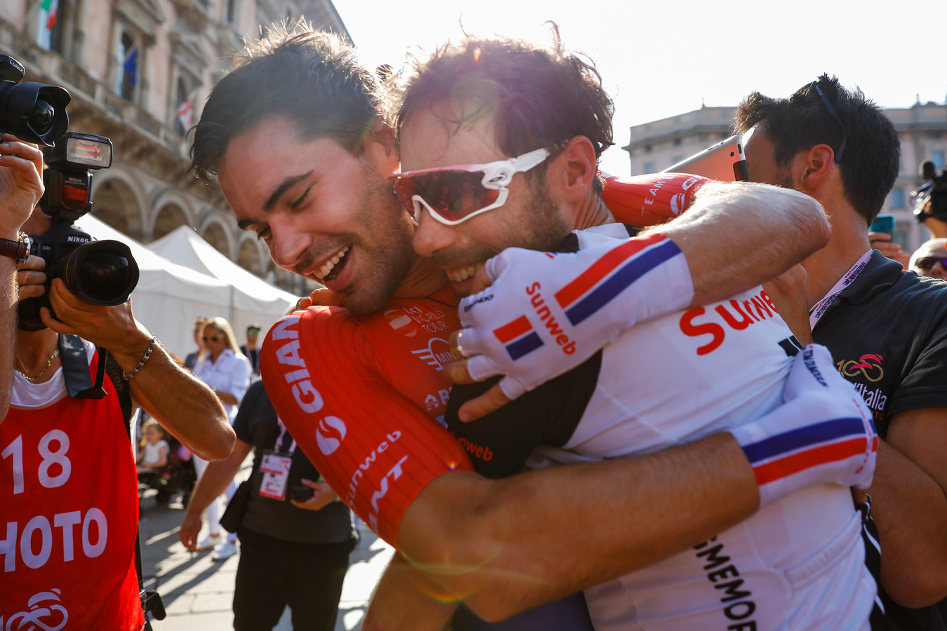 Tom Dumoulin viert zijn eindoverwinning in de Giro met ploeggenoot Laurens ten Dam.
