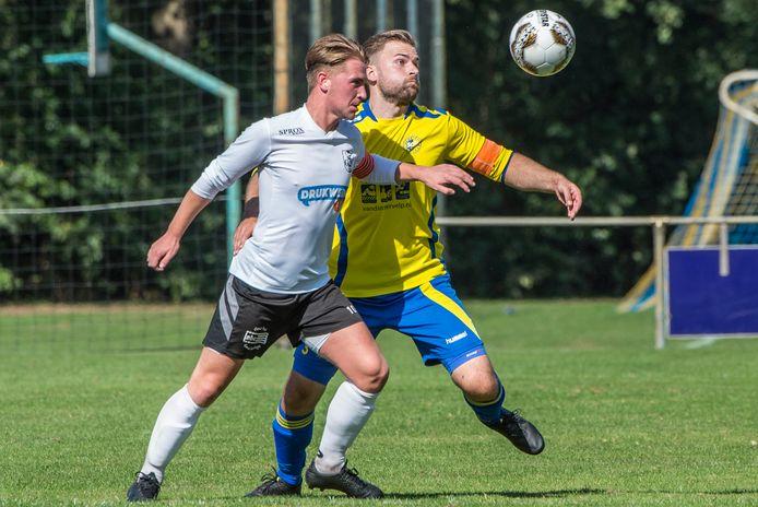 GVV'er Pepijn van Delden (voorgrond) en SCV'er Mattijs Raaijmakers volgen de bal in de derby.