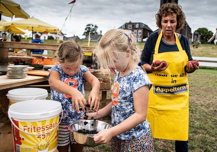Kinderen zijn bezig eten te maken.