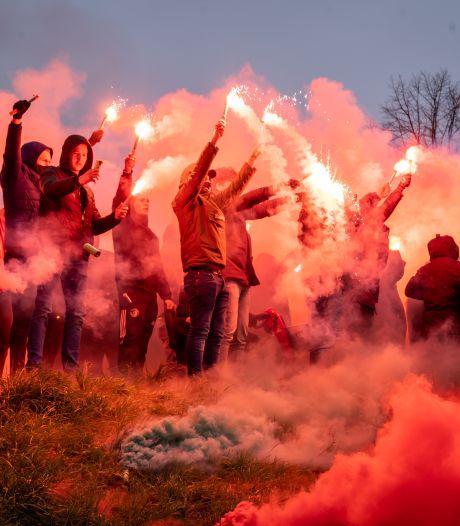 Supporters steunen Feyenoord met vuurwerk in aanloop naar Klassieker