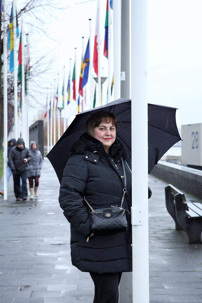 Sandra Vitkovic werkt aan de Boompjes. Ze houdt van het water en de Erasmusbrug. Extra speciaal vindt ze de Servische en Nederlandse vlaggen die er hangen.