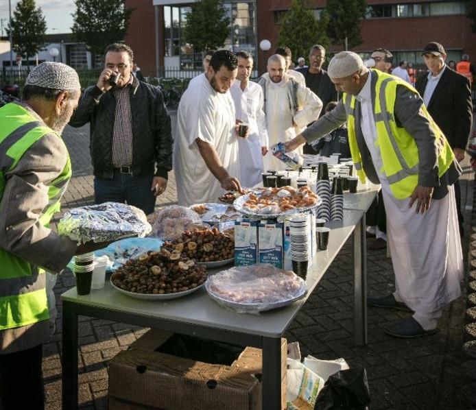 Einde Ramadan met een Suikerfeest viering in de moskee Vogelstraat.