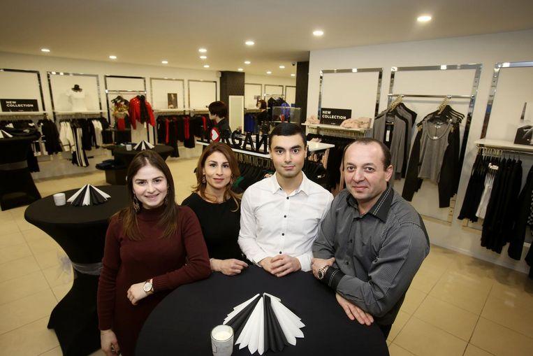 Henrik Nikoghosyan (derde van links), samen met zijn familieleden Anna, Nvard en Armen, die mee de zaak uitbaten.