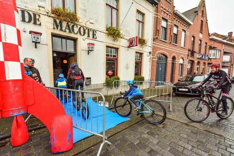De mountainbikers rijden weer door het clublokaal café De Macote