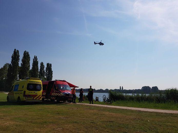 De politiehelikopter cirkelt boven de Aalanden in Zwolle om te zoeken naar een mogelijke drenkeling in de Wijde Aa.