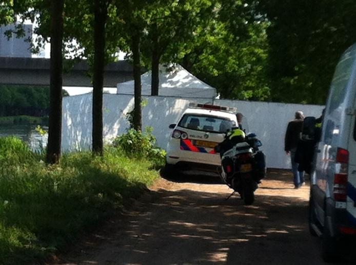 Politie doet onderzoek bij de Zuid-Willemsvaart waar lichaam is gevonden