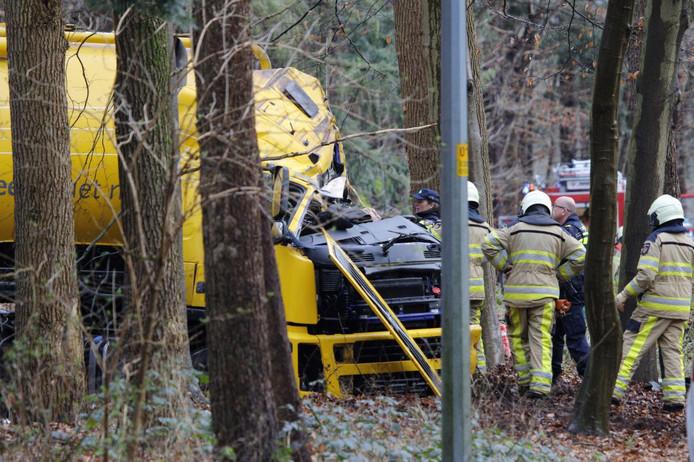 De cabine van de tankwagen liep ook forse schade op bij het ongeluk op de N35.