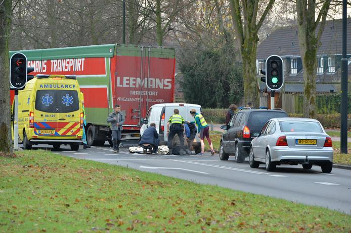 De bestuurder van het witte bestelbusje is met onbekend letsel naar het ziekenhuis gebracht.