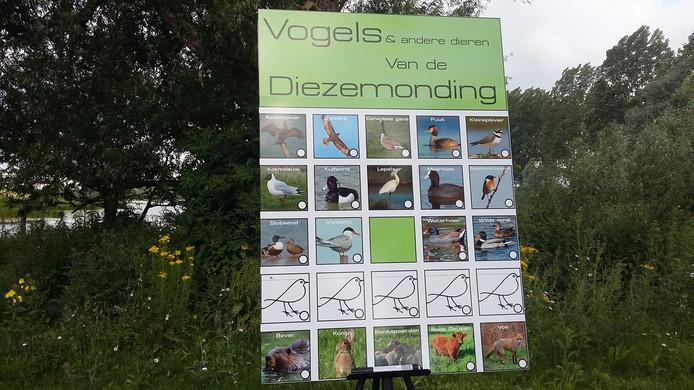 Bij het stukje natuur staat een bord met alle dieren die daar voor komen.