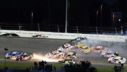 Spectaculaire beelden: massale crash tijdens NASCAR-race