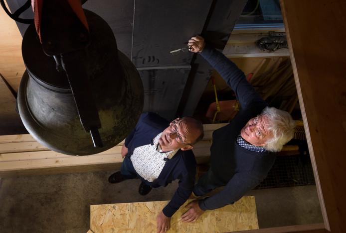 Peter Schrauwen (Links) en Nico Tomberg bij de te restaureren klok in Zeddam.