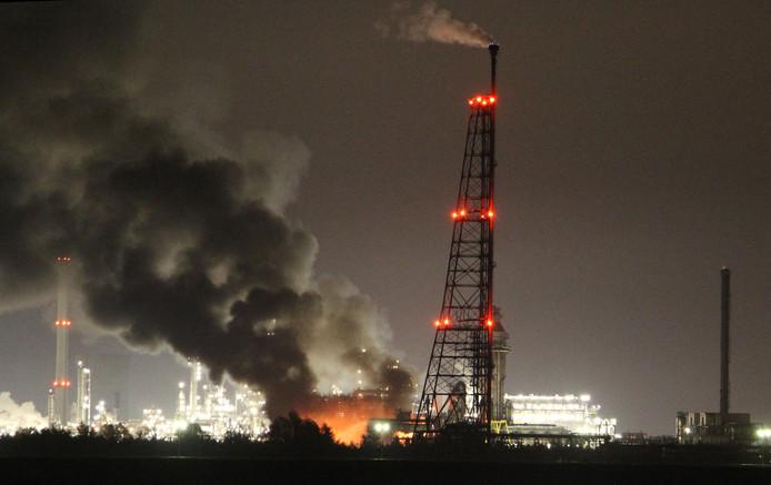 Zwarte rookwolken zijn te zien boven het terrein van Shell Moerdijk.