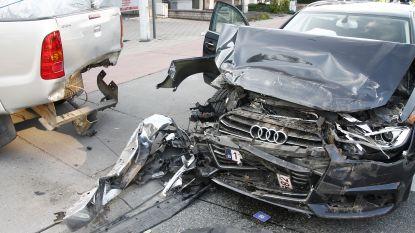 Bestuurder wordt onwel aan verkeerslichten en rijdt in op voorligger