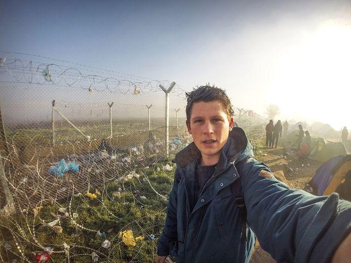 Archieffoto van Hendrik de Kok als helper in het vluchtelingenkamp in Idomeni.