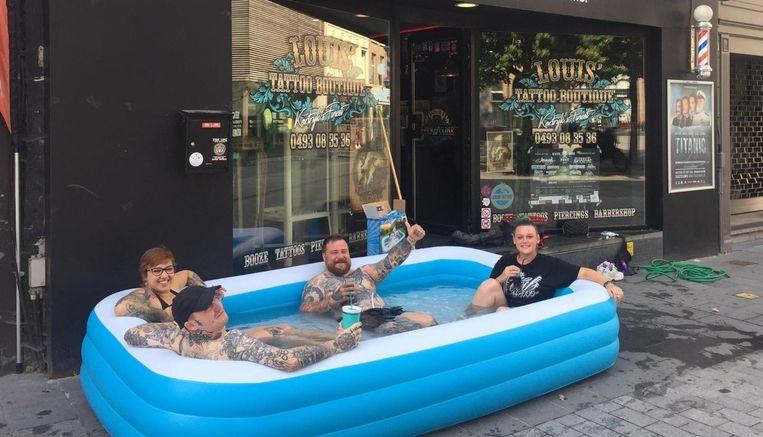 Dankzij tattoo-artiest Louis Gürke (centraal) is er nu een zwembad in het winkelwandelgebied.