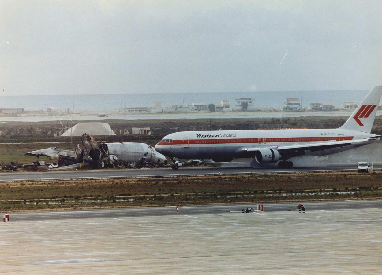 Een Boeing 767 van Martinair passeert in 1992 na de landing op Faro het wrak van de verongelukte DC10.