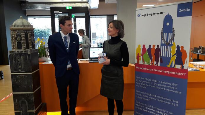 Jozua van der Wal, voorzitter van de Zwolse jongerenraad, en Gerdien Rots, voorzitter van de vertrouwenscommissie, in de Stadkamer tijdens het startschot van de campagne voor de zoektocht naar een nieuwe burgemeester van Zwolle.