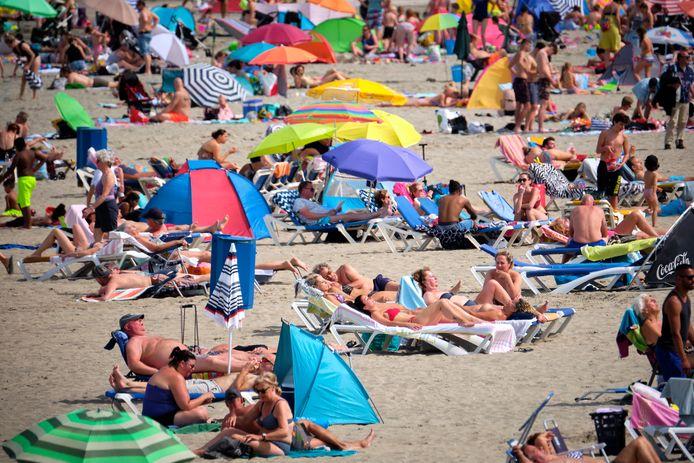 Foto ter illustratie.   Hoek van Holland - drukte op het strand i.v.m. het mooie weer