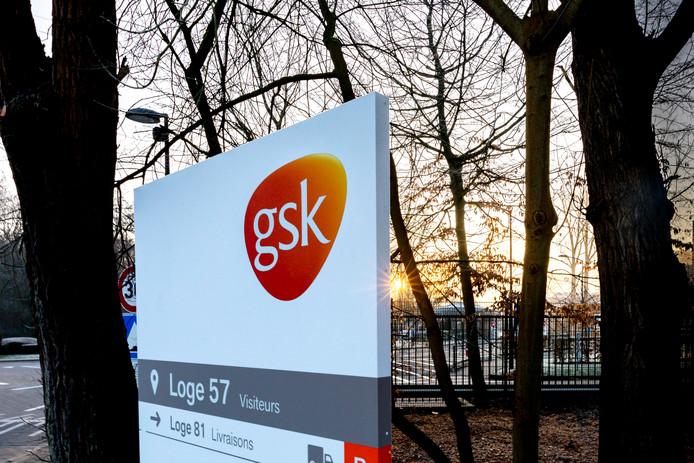 GSK a annoncé mercredi son intention de supprimer 720 emplois, principalement parmi les cadres, et de ne pas renouveler 215 contrats temporaires sur ses sites wallons.