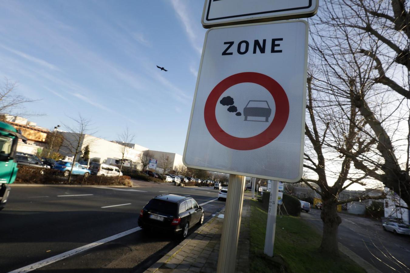 Een bord geeft aan dat voertuigen een lage-emissiezone binnenrijden.