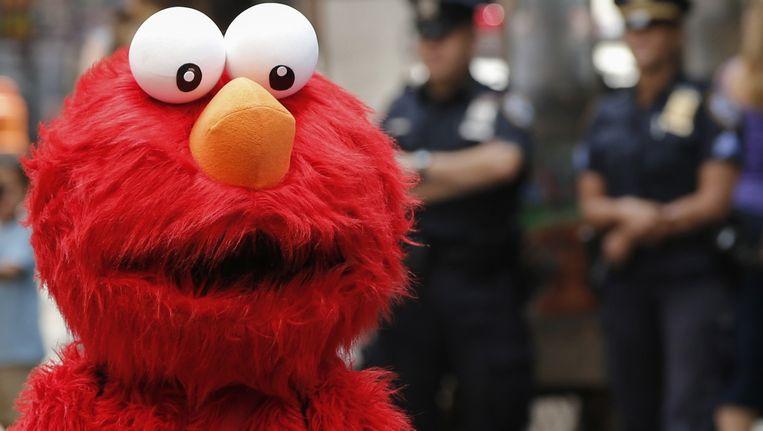 Een straatartiest verkleed als Elmo op Times Square. Beeld reuters