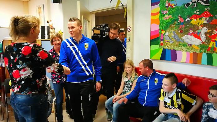Vitesse-spelers bezochten woensdagmiddag kinderen in ziekenhuis Rijnstate.