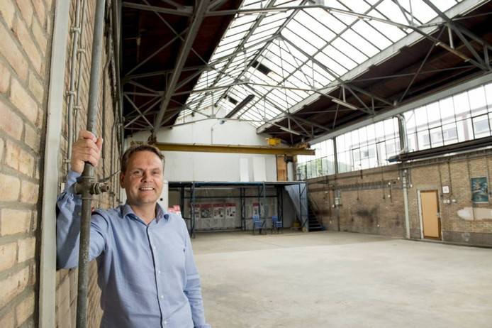 Patrick Hafkamp in de voormalige kozijnenfabriek. Foto Kevin Hagens
