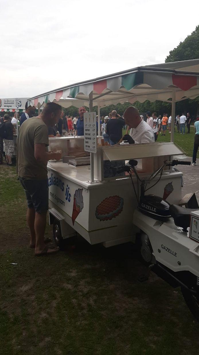 IJscoman Martijn die samen met zijn vader op het Malieveld in Den Haag aan demonstranten ijs verkoopt.