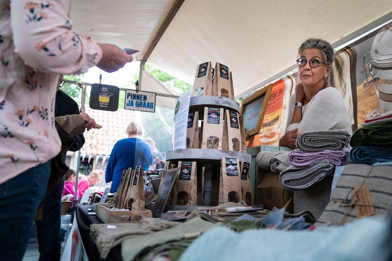 Yvonne van Rooij verkoopt haar prijswinnend snoep op het Festival der Zoete Verleidingen in het Drentse Sleen. Beeld Reyer Boxem