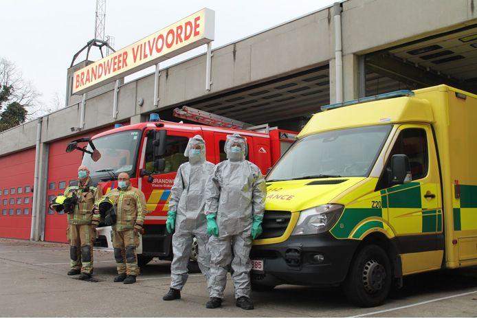 Brandweerlui staan paraat om covidpatiënten op te halen voor de brandweerpost van Vilvoorde.