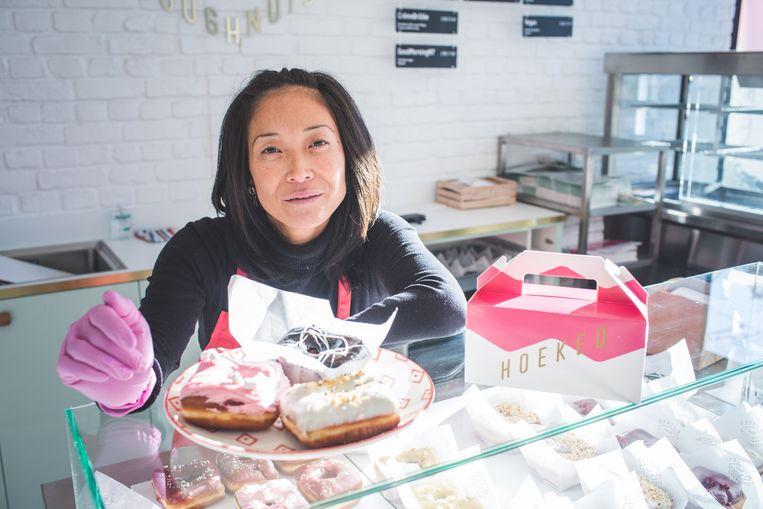 Caroline baat de Gentse shop van Hoeked Doughnuts uit op de Groentemarkt.