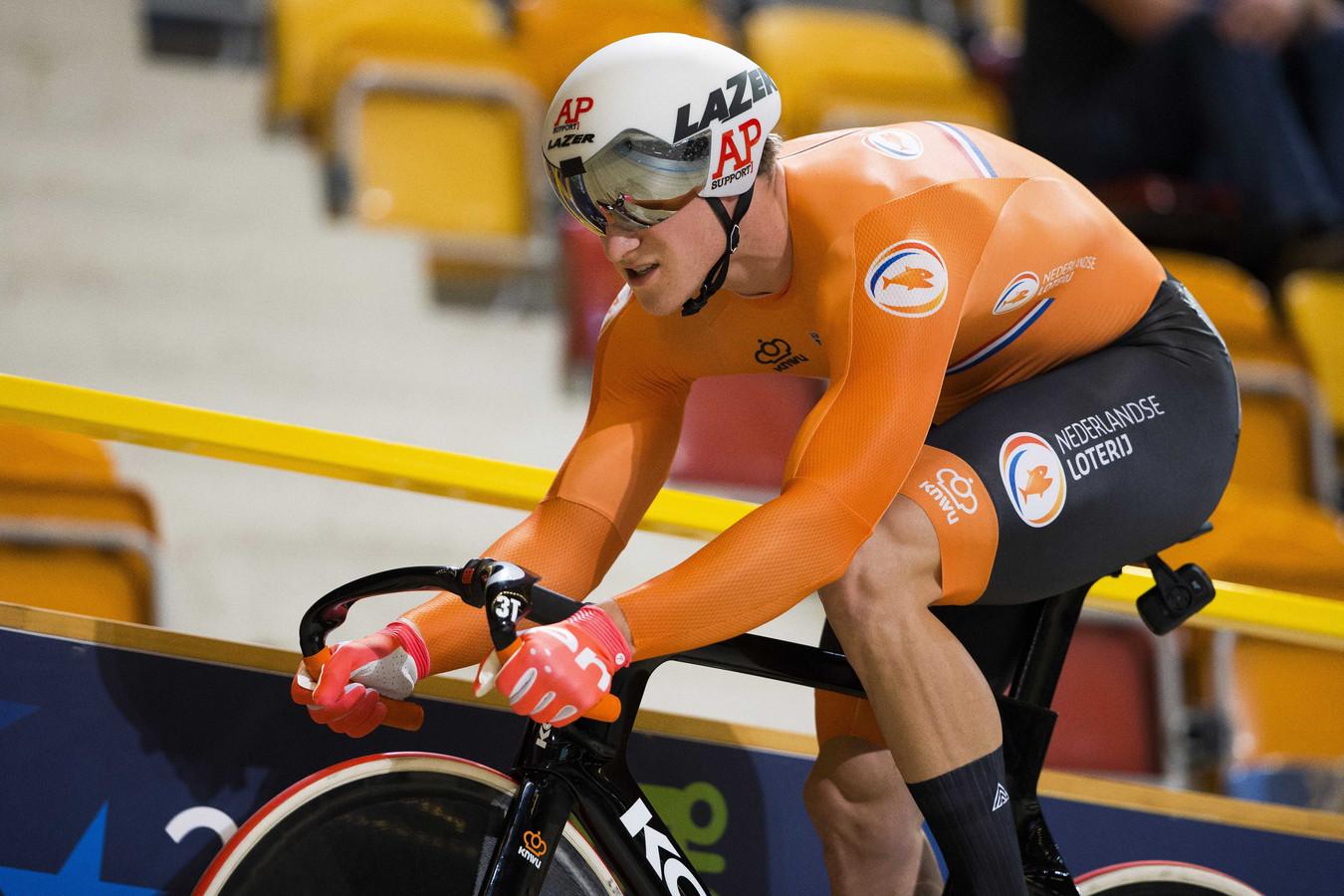 Jeffrey Hoogland in actie tijdens de sprint op de baan in Apeldoorn.