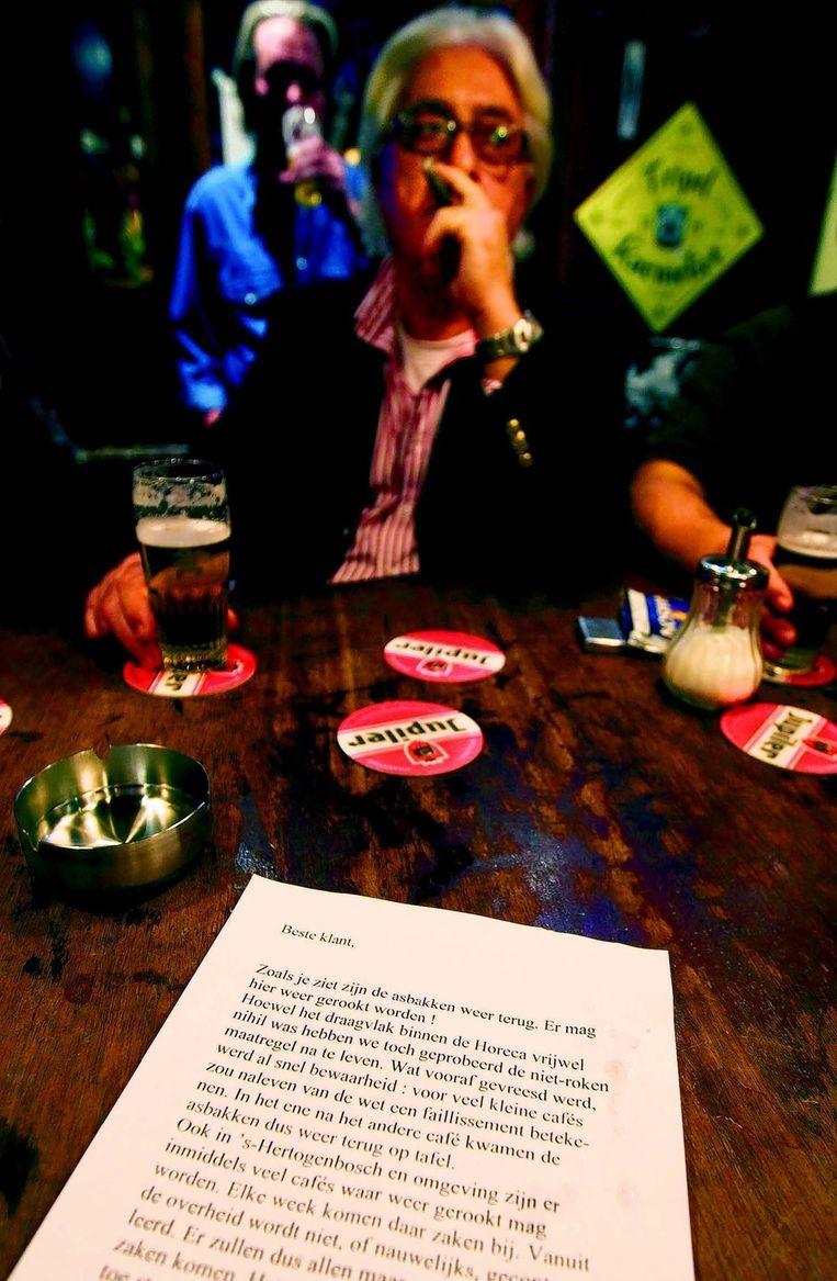 Café in Den Bosch, eind 2008, waar uit protest tegen het rookverbod de asbakken weer op tafel werden gezet. FOTO © ANP Beeld