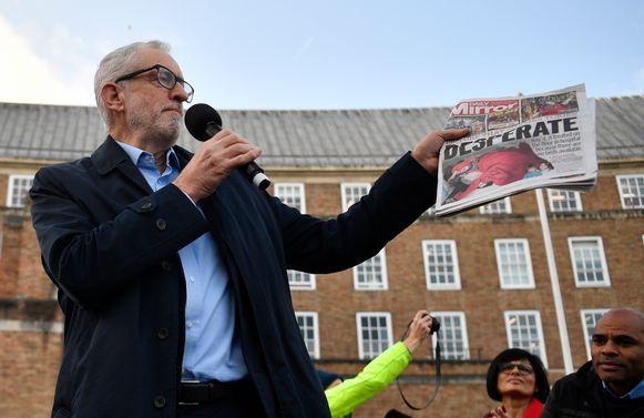 Jeremy Corbyn met de krant waarin de foto voor het eerst verscheen.