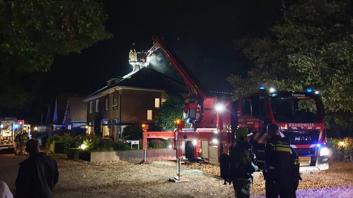 De brandweer blust het vuur aan de schoorsteen in Zevenaar.