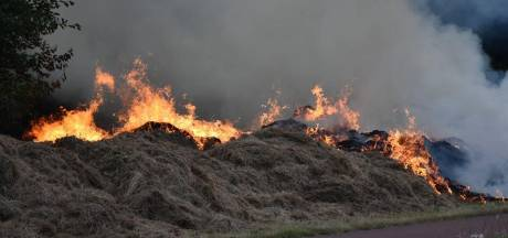 Grote bult gemaaid gras gaat in vlammen op in Heerenveen