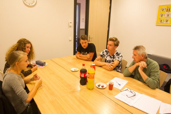 De jeugdwijkraad Brandevoort, met van linksonder met de klok mee: Romy van de Graaf, Charlie Rijvers, Simon Engelen en Rens Althuizen. Uiterst rechts Henk Klarenbeek.