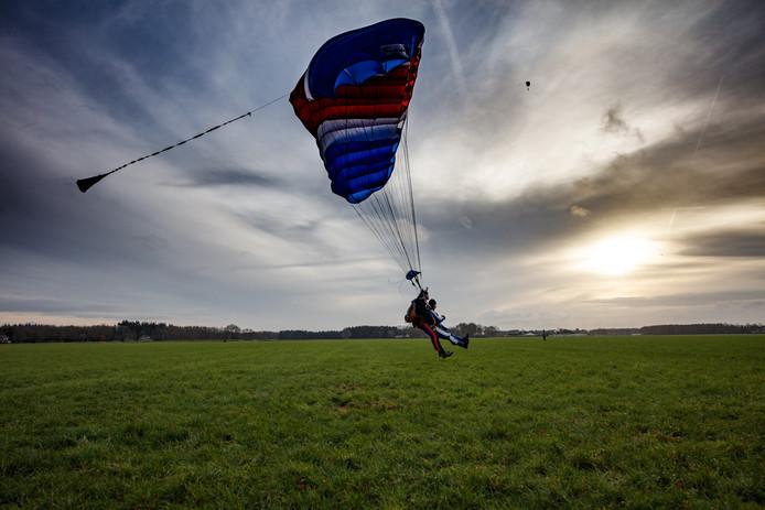 Van een vrij val van drie kilometer hoogte met een snelheid van 250 kilometer per uur naar een veilige landing in een weiland tussen Zegge en Bosschenhoofd.