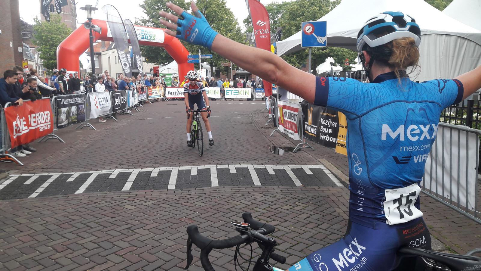 Winnares Minke Slingerland-Van Dongen ontvangt de nummer twee Dèvon Kuijstermans met open armen. De twee dubbelden de rest van het veld.