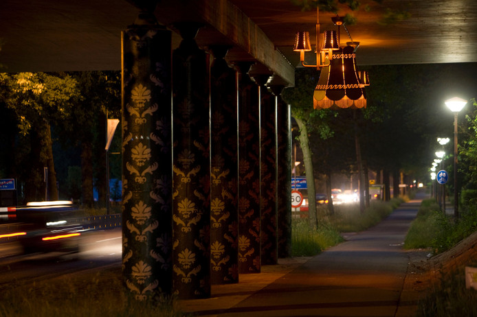 De lampen zoals ze tot voorkort in het A12-viaduct Edeseweg in Bennekom hingen.