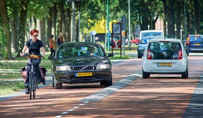 Gevaarlijke situatie voor fietsers op de fietsstraat aan de Titus Brandsmalaan.