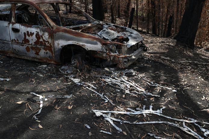 Een uitgebrande auto met eromheen gesmolten metaal in New South Wales