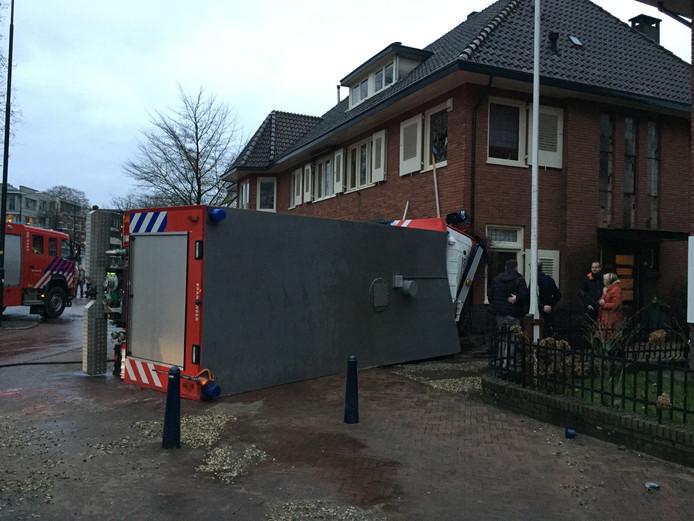 De tankwagen kwam tot stilstand tegen de gevel van de woning. Foto: Pim Velthuizen