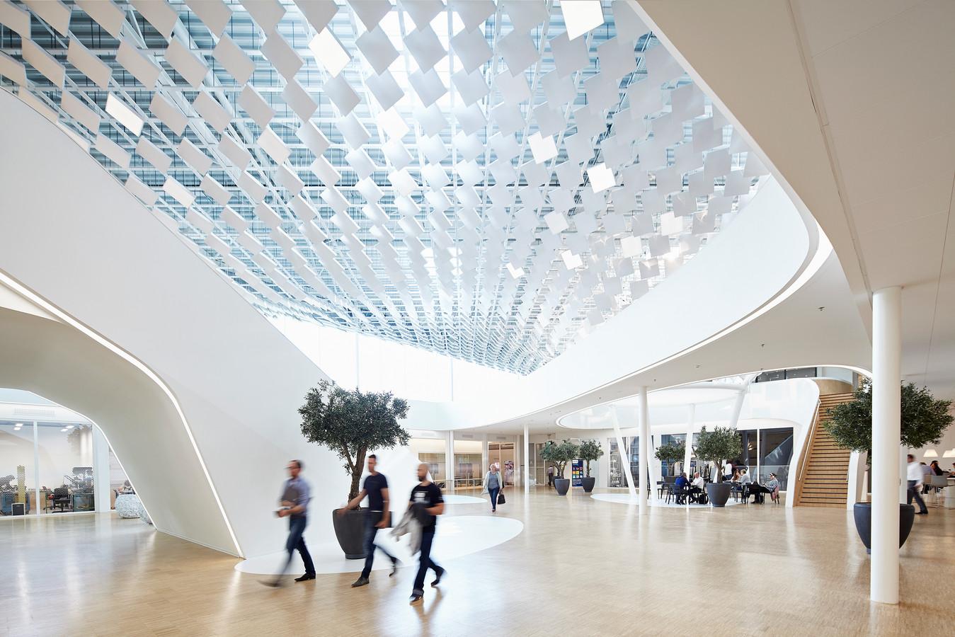 Lichtsculptuur in de centrale hal van Signify op de High Tech Campus in Eindhoven.