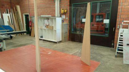Peerse Technische Dienst en apothekers beschermen zich met zelfgefabriceerde plexiglasschermen