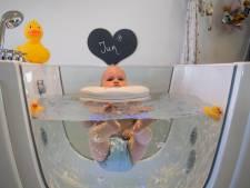 Baby Jur uit Enter is helemaal zen in de spa van zijn moeder en oma